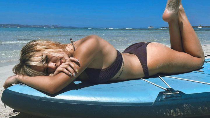 Danna Paola elevó la temperatura en las playas de Ibiza con su diminuto bikini