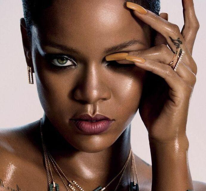 Rihanna posa en su cama con sexy lencería